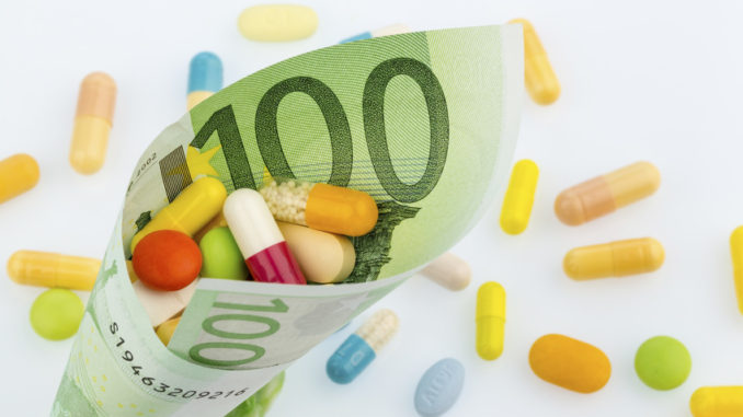 tablets and one hundred euro banknotes symbolfoto: costs for medicine and medicines of the pharmaceutical industry